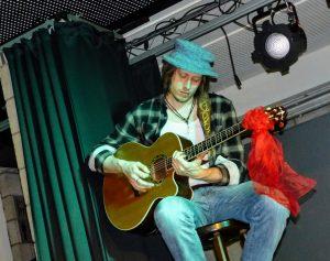 Björn an der Gitarre